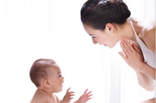 爸爸妈妈应该跟宝宝要常常聊天,变得更加聪明