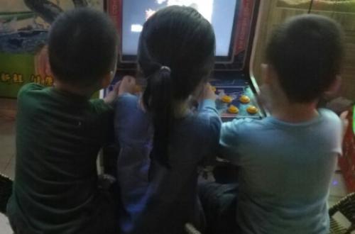 昨晚宝宝跟小伙伴一起愉快的玩耍